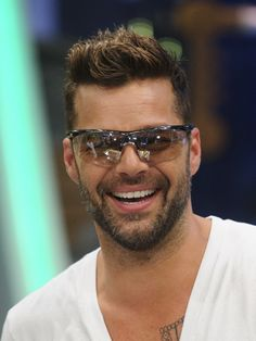 Your Daily Dose of Ricky Martin Shake Your Bon Bon, Ricki Martin, Puerto Rican Singers, Celebs, Celebrities, Music Artists, Hair Cuts, Mens Sunglasses, Handsome