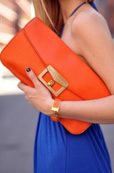 cluth laranja e vestido azul klein
