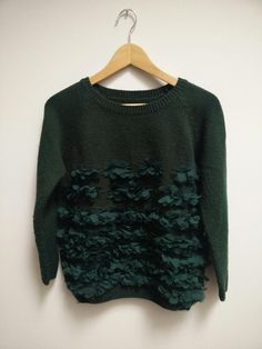 GREEN RAGLAN SWEATER WITH LEAF-LIKE APPLIQUES  Cute sweater