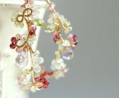 Belle pietre preziose (acquamarina, Tormalina rosa, rosa quarzo, peridoto, quarzo, granato, ametista, rosa) filo avvolto con oro riempito cerchio