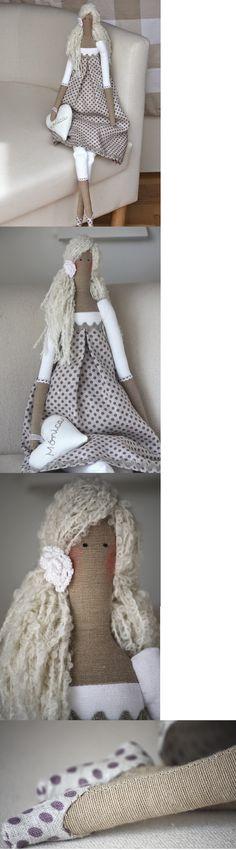 Una Tilda rubia, casi diría propia de los países nórdicos. La he vestido con una tela de lino color piedra y unos topitos morados. Una flor de ganchillo para sujetar el pelo de lado. Los zapatos en la misma tela que el vestido.