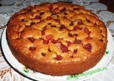 Простой пирог с клубникой