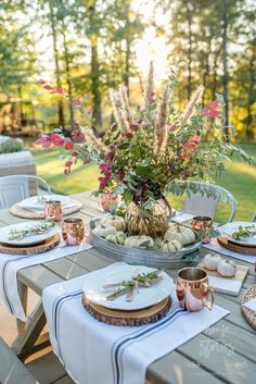 Fall Flower Arrangments and Vignettes - DIY Home Fall Decor by Home Stories A to Z #fallflowers #falldecor Fall Table, Thanksgiving Table, Hosting Thanksgiving, Christmas Tables, Holiday Tables, Outdoor Christmas, Christmas Decor, Patio Grande, Deco Champetre