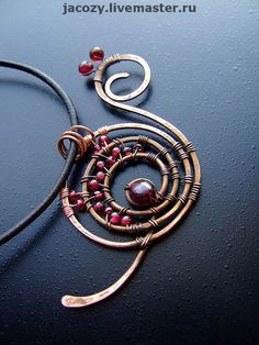 I'd really like to make a necklace like this, its so pretty!