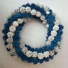 Kuvahaun tulos haulle syksyinen metsä askartelu Pine Cone Art, Pine Cone Crafts, Wreath Crafts, Diy Wreath, Flower Crafts, Pine Cones, Holiday Crafts, Crafts To Make, Arts And Crafts