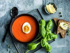 Tomatsuppe med kokt egg | Oppskrift - MatPrat Culinary Arts, Ramen, Cantaloupe, Cooking Recipes, Eggs, Fruit, Ethnic Recipes, Food, Chef Recipes