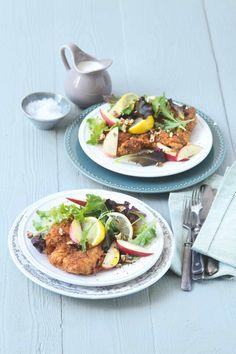 Dokonalé spojení kuřete nakládaného do jogurtu a vídeňského řízku. Nedělní oběd jako dělaný. Těm, kdo se neobejdou bez brambor, je samozřejmě dopřejte.