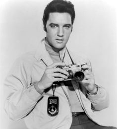 Live a Little, Love a Little, Elvis Presley Poses with His Leica Camera, 1968 People Photo - 30 x 41 cm Celebrity Photographers, Famous Photographers, Old Cameras, Vintage Cameras, Vintage Photos, Pete Wentz, Robert Frank, Gear Best, Camera Gear