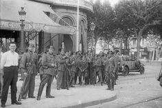 Guardias civiles leales a la República, en la plaza de Cataluña, después de que las tropas leales apresasen a los jefes de los sublevados.
