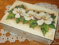 Like the magnolias. Decoupage Box, Decoupage Vintage, Painted Boxes, Wooden Boxes, Wooden Painting, Tole Painting, Cigar Box Crafts, Diy And Crafts, Paper Crafts