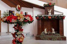 """Pesebre de Nuestra Señora de la Alborada de Guayaquil, Ecuador. En esta parroquia podemos apreciar un pequeño pesebre cerca de la corona de adviento y parte de la letra del villancico """"Ven señor no tardes""""."""