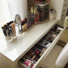 Great No Cost Make-up-Eitelkeit. Make-up organisieren. Aufbewahrung von Make-up. Make-up-Anzei… Strategies Buying a well-designed sofa is really a major choice and not just one to make lightly. Here we hav Makeup Storage Shelves, Makeup Drawer Organization, Make Up Storage, Storage Ideas, Bedroom Organization, Diy Storage, Ikea Shelves, Storage Drawers, Bedroom Storage
