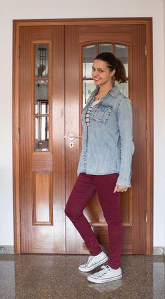Blusa listrada, camisa jeans sobreposta, calça burgundy e All Star / striped blouse with denim shirt, burgundy pants and white shoes