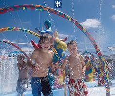 #royalfun O parque aquático H2O Zone, a bordo dos navios da Royal Caribbean, é diversão garantida para a criançada!   Clique na imagem e confira outras opções para se divertir a bordo com a família toda!