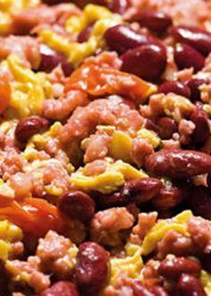 Picadinho de salsicha com feijão encarnado e ovos mexidos