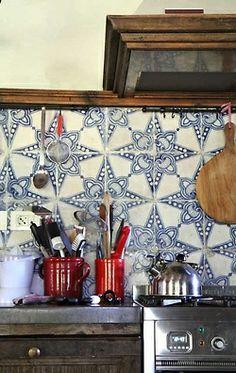 Gør dit køkken unikt og personligt med håndmalede fliser fra Doremail. Disse er helt fantastiske, grafiske, blå og utrolig smukke :-)