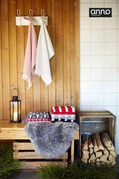 Joulusauna tuoksuu puhtaalle ja uudet Anno Kuusipuu, Vana ja Joki -pyyhkeet odottavat saunojia. #anttilalahjalista #anno #sisustus #joulu #anttila #netanttila #pyyhe #sauna #joulusauna #omenalaatikko #lampaantalja