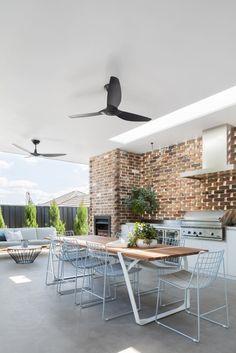 〚Villa moderne avec des murs en verre et des détails de loft en Australie〛 Ф оото ◾Идеи◾ Дизайн Outdoor Bbq Kitchen, Outdoor Kitchen Design, Outdoor Kitchens, Perth, Brisbane, Outdoor Living Rooms, Outdoor Dining, Cubes, Alfresco Designs