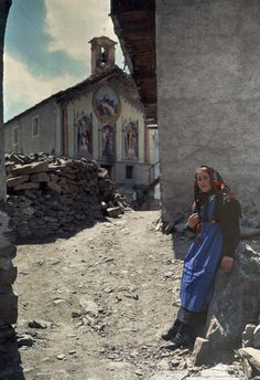 Autochrome: Hans Hildenbrand. A peasant girl leans on a building in her quiet town. Italy.