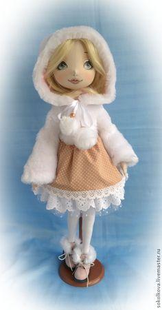 Алиса. Куколка сделана по моей новой выкройке. Получилась вот такая хрупкая юная девушка)  Текстильная шарнирная кукла, ручки-ножки сгибаются. куколка может сидеть, поворачивать голову, в ручках проволочный каркас.