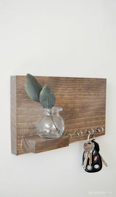 Shelf with Hooks - Scrap Wood Series Lose your keys all the time? Check out this step by step guide to this adorable key shelf!Lose your keys all the time? Check out this step by step guide to this adorable key shelf! Old Wood Projects, Wood Projects For Beginners, Diy Projects, Scrap Wood Crafts, Easy Small Wood Projects, Diy Crafts, Key Shelf, Shelf Hooks, Wood Shelf