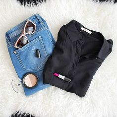 Uwielbiam Flat Out Fabulous w takie cieple dni! 💄 #motd #ootd #sunglasses #maccosmetics #maclipstick #macflatoutfabulous #flatoutfabulous #flatlay #hm #bluejeans #blackshirt #contour #blogger #beauty #bblogger #diverse #details #detailsoftheday