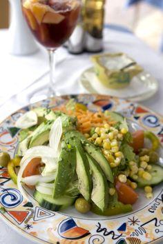 Raikas lounassalaatti ja herkullinen sangria Playa de las Américasissa Teneriffalla. #Salad #Avocado #sangria