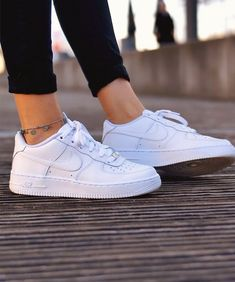 Nike Air Force 1 Shoes - White - Style Nike Air Force 1 Shoes - White - Style Stylish 2019 Nike Air Force 1 sneakers in all white colour. Worn by girl with black leggings and fashion jewellery anklet bracelet. Nike Air Force 1 Outfit, Nike Shoes Air Force, Nike Air Force Ones, Nike Air Force Black, All White Nike Shoes, White Nikes, Nike Air White, White Tennis Shoes, Nike White Trainers