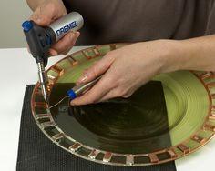 Quindi, con VersaFlame e la punta per  saldatura, saldare le singole tesserine  di mosaico saldando due volte lungo  il bordo per coprire il nastro di rame.