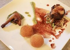 Filet van duif met een porto-honingsaus en een trio van asperges