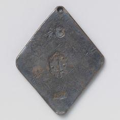 Anonymous | Beleg van Haarlem, Anonymous, 1572 | eenzijdige, ruitvormige noodmunt met afgeschuinde hoeken en gat erin. Voorzijde: drie stempels boven elkaar; van onder naar boven: meesterteken: ster en halve maan; stadswapen: omgekeerd zwaard met aan weerszijde twee sterren, op punt van zwaard een kruis; jaartal. Keerzijde: blanco