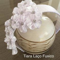 Tiara Laço Fuxico, confeccionada em cetim e strass. Tiara para ser usada em casamento, aniversário , daminhas ou uso diário.