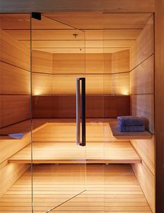 Steam room / Sauna for Malibu house. Planks of hemlock line the sauna; the towels are by Frette. Sauna Steam Room, Sauna Room, Steam Bath, Best Infrared Sauna, Sauna Lights, Modern Saunas, Sauna Design, Michael Bay, Spa Rooms