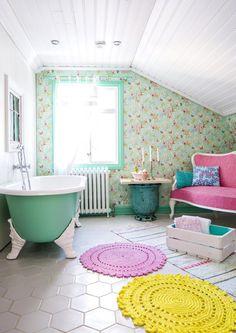 Romanttinen kylpyhuone syntyy lämpimästä värimaailmasta, kuviollisesta lattiasta ja kodin käyttöesineistä. Katso ihanat…
