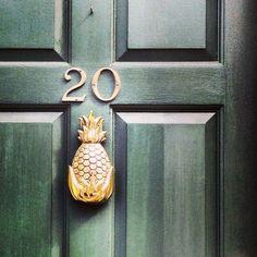Batedor de porta de abacaxi Pineapple Door Knocker, Estilo Tropical, Decor Inspiration, Knobs And Knockers, Retro Home Decor, My New Room, My Dream Home, Home Design, Candle Sconces