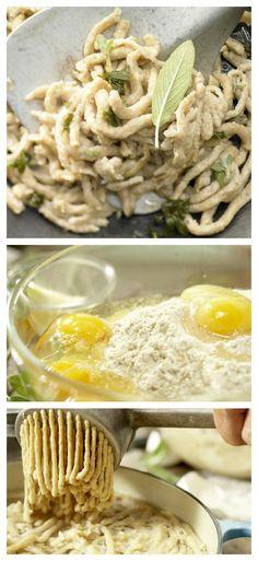 Salbei waschen, trocknen und die Blättchen abzupfen. Butter und Öl in der Pfanne schmelzen und Salbei dazu geben - fertig ist die Salbeibutter: Vollkorn-Spätzle mit Salbeibutter | http://eatsmarter.de/rezepte/vollkorn-spaetzle