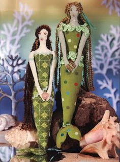 Artesanatos com Moldes: sereias Eduardo: Eduardo: Sewing Toys, Sewing Crafts, Sewing Projects, Doll Clothes Patterns, Doll Patterns, Mini E, Mermaid Toys, Fabric Fish, Bordados E Cia