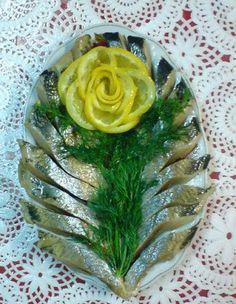 РЫБНАЯ НАРЕЗКА. КАК ВАМ? Amazing Food Decoration, Amazing Food Art, Cooking Gadgets, Cooking Recipes, Decoration Vitrine, Serbian Recipes, Food Carving, Food Garnishes, Food Platters
