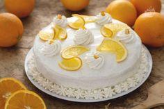 La torta all'arancia con crema allo yogurt e vaniglia è un dolce irresistibile dal gusto fresco e delicato aromatizzato all'arancia.