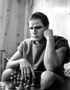 """Marlon Brando fotografiado por Ruth Orkin durante el rodaje de """"Julio César"""" (Julius Caesar), 1953"""