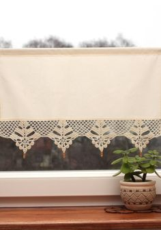 Short ecru curtain with crochet lace and wooden beads