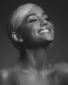 Image discovered by 「︎𝚒𝚜𝚊𝚋𝚎𝚕𝚕𝚊」︎. Find images and videos about smile, ariana grande and Queen on We Heart It - the app to get lost in what you love. Ariana Grande Fotos, Ariana Grande Cute, Ariana Grande Photoshoot, Ariana Grande Pictures, Ariana Grande Smiling, Ariana Geande, Look Kylie Jenner, Mode Poster, Ariana Grande Wallpaper