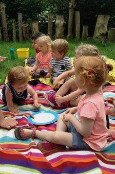 Picknicken in een babytuin op een babyzacht kleed :)