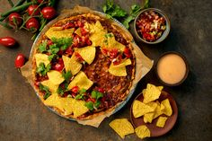 Tacopiirakka Cheddar, Vegetable Pizza, Guacamole, Baking, Vegetables, Food, Red Peppers, Bread Making, Cheddar Cheese