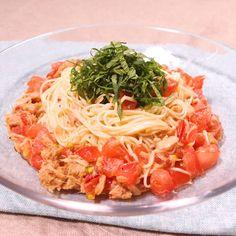 「そうめんで!トマトとツナの冷製カッペリーニ風」の作り方を簡単で分かりやすい料理動画で紹介しています。暑い日に食べたくなる、さっぱりとしたアレンジそうめんのレシピです。 オリーブオイルとポン酢で味付けし、冷静カッペリーニ風に仕上げました。 トマトとツナの相性も抜群ですよ。仕上げに乗せた大葉と一緒にお楽しみください。