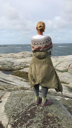 Mitt restegarnprosjekt - SKAPPEL - Se video og oppskrift her Color Collage, Dere, House By The Sea, Chrochet, Crochet Fashion, Fall Outfits, Mittens, Winter Fashion, Cardigans