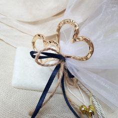 Μπομπονιέρες γάμου καρδιές,μεταλλικές καρδιές με βάση από μαρμαρακι