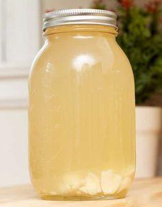 Bocal avec un remède de grand-mère simple et efficace à base d'ail, de citron et de miel