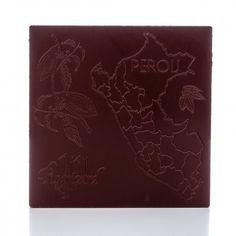 Tablette de 100g de chocolat noir, 68% cacao. Ce chocolat se distingue par ses notes fruitées (fruits rouges et agrumes) et ses arômes floraux (jasmin). Chocolaterieonline.com