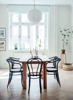 En familie har sat drømmen om at bo på landet på standby, efter at de faldt pladask for en skøn herskabslejlighed i Stockholm. Ud røg rokokomøblerne, og ind kom deres personlige fund.